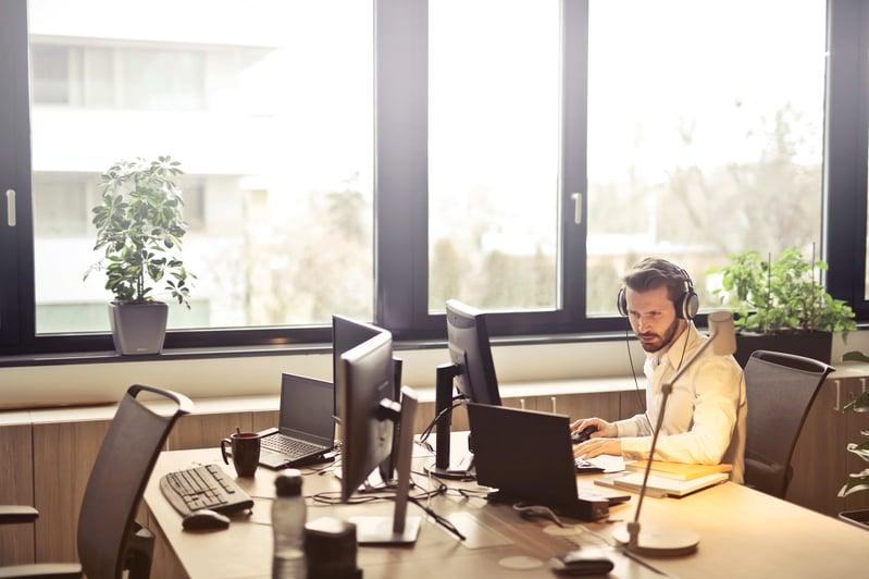man-with-headphones-facing-computer-monitor-845451 (1)